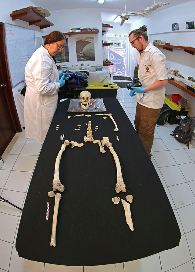A team from Liverpool John Moores University examines the newly found skeleton.Jerónimo Avilés Olguín