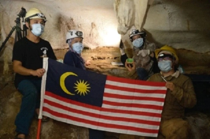 Researchers in the cave where the fossil was found in Gopeng, Perak. (Credit: UM via Berita Harian)